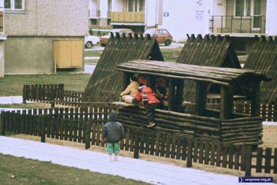 Plac zabaw na podwórku przy Żabińskiego. Marzenie. Nie dość, że stoi tu piękny drewniany wagon, to jeszcze mamy trzy klasyczne domki. Jest w co się bawić. Nadesłał Piotr Klonowski.