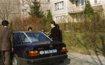 Jak do ślubu, to tylko eleganckim Mercedesem z naklejką CD. Zdjęcie z ulicy Puszczyka, nadesłał Marcin Cieślak.