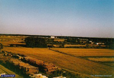 Na kabackich polach ewidentnie zbliżają się żniwa. Patrzymy ze szczytu Kazurki na ulicę Moczydłowską i zajeznię metra. Fot. Radosław Szewczyk