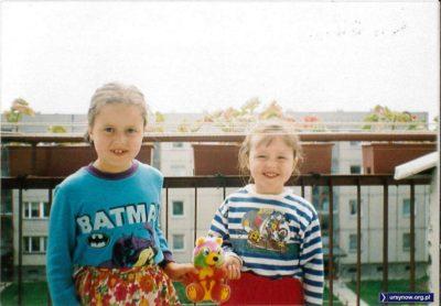 Wielkie starcie dziecięcych bohaterów na balkonie bloku przy Lokajskiego. Tylko miś jakby z innej bajki. Nadesłała Magda Słowińska (przedstawicielka Piratów).