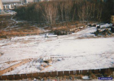 Widok z okna przy Meander na Lasek Brzozowy i przysypany śniegiem plac kończącej się budowy metra. A wiecie, że ten słup po lewej na dole przetrwa jeszcze ponad dwadzieścia lat? Fot. Bartosz Rożeński.