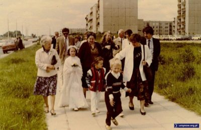 Jak opisuje nadsyłająca zdjęcie Magdalena Słowińska: komunia siostry ciotecznej w kościele Władysława z Gielniowa. Właściwie już chyba po komunii, więc nabożne skupienie ustąpiło miejsca radości. Budynki po prawej to oczywiście ulica Raabego.