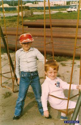 Pokaz mody lat dziewięćdziesiątych. Plastikowy daszek, jeansy i smerfy. Plac zabaw przy Zamiany 18. Nadesłał Michał Nikodem.