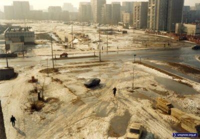 Widok na skrzyżowanie KEN i Bartoka. Budowa metra już się zwija, zima też już się zwija. A beżowa Łada sąsiada stoi. Fot. Maciej Mazur