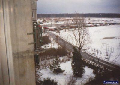 Zdjęcie wykonane z balkonu przy ul. Hirszfelda 1. Widoku nie zasłaniają jeszcze bloki przy ul Pileckiego 114 – 116 stojące w tej chwili między Kazury i Kabatami. Nie ma również ronda na skrzyżowaniu Pileckiego i Płaskowickiej. Nadesłał Mikołaj Rudnicki.