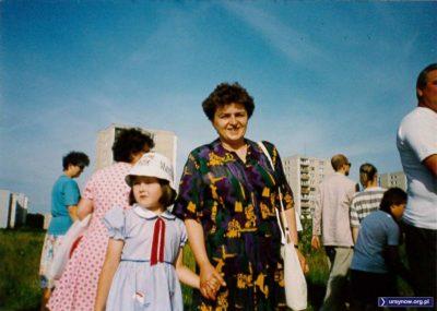 Dawne czasy, nie ma co. Kto by dziś ubrał dziecko w czapkę z reklamą fajek? No ale wtedy to był przecież symbol luksusu i nowoczesności. Magda Słowińska rusza z mamą na procesję wokół Natolina z okazji Bożego Ciała.