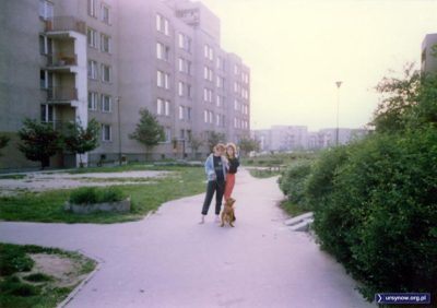 Ulica Miklaszewskiego, widok w kierunku Ciszewskiego. Bloki osiedla Imielin mają jeszcze swój oryginalny kolor, czyli żaden. Zdjęcie nadesłał Wojciech Nehyba.