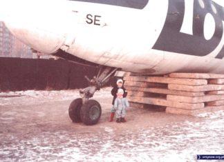 Ił-18 zaparkowany przy pętli autobusowej Natolin. Za nim płot budowy metra, dalej bloki przy Wasilkowskiego. Nad. Redmund i Alexander Macer