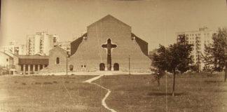 Kościół pw. Wniebowstąpienia Pańskiego, widok od strony przejścia podziemnego pod ulicą Romera. Tak wyglądało to pole przez ponad 20 lat, zanim zbudowano Park im. Jana Pawła II. Zdjęcie: Kamila Jagiełło.