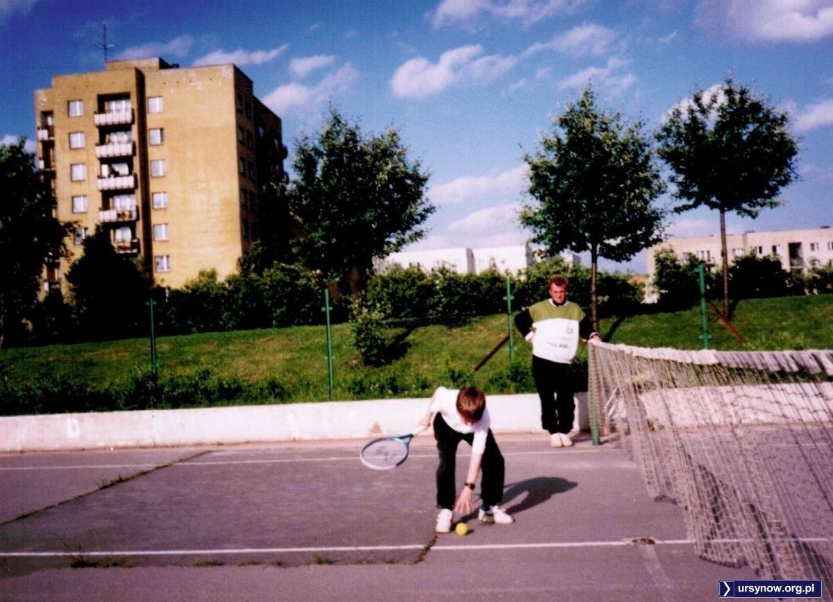 Szkoła tenisa Tie Break na Placu Wielkiej Przygody na razie chyba w powijakach - sądząc po asfaltowym korcie i stanie siatki. Ale chęci nie brakuje. Nad. Marta Szczepłek.