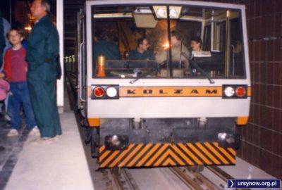 To jeszcze nie pociąg, tylko pojazd techniczny. Szkoda, zwiedzający chcieliby się przejechać. Stacja Ursynów. Fot. Adam Myśliński.
