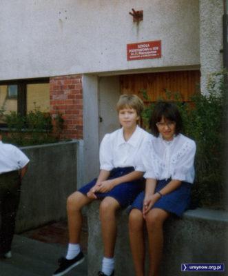 Początek roku szkolnego 1992/93, wejście do SP309 na Koncertowej. Nad. Marta Szczepłek.