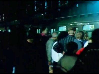 Z tak daleka to jeszcze nie, bo na razie to można dojechać tylko z Kabat na Ursynów, no ale zawsze to coś. Pierwszy pociąg metra zabiera pasażerów. Kadr z PKF 43/92.