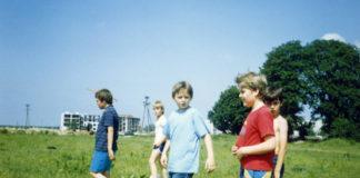 Chłopaki idą do lasu. Na zdjęciu koniec Alei Kasztanowej i budowany blok przy Małej Łąki 2. Dalej jest już tylko pole i Las Kabacki. Zdjęcie nadesłał Przemek Stępień.
