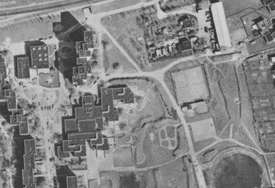 Fragment fotomapy Urzędu Miasta. Ulica Koncertowa, SP 303 i górka z widocznymi dwoma torami saneczkowymi.