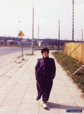 """Ulica Przy Bażantarni w 1992 płynnie przechodziła w Stryjeńskich. Dziś zamiast znaku """"ostry zakręt"""" jest skrzyżowanie, za nim Lidl. A tu za płotem powstaje blok przy Małej Łąki. Zdjęcie nadesłał Przemek Stępień."""