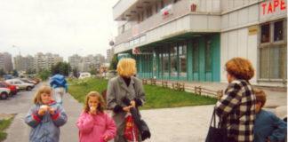 """Gofry są dobre na wszystko - zwłaszcza, gdy pochodzą z pawilonu przy Dereniowej. Smakołyk wcina Katarzyna Pietrzak. Na piętrze jeszcze nie ma słynnej restauracji """"Zorba""""."""