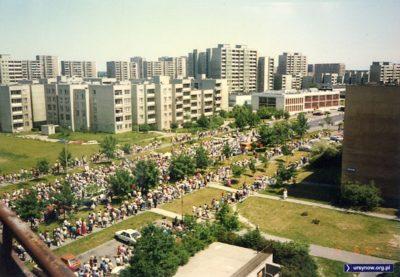 Procesja na Boże Ciało kroczy ulicą Dereniową. Zdjęcie z balkonu przy Dybowskiego: Wojciech Syroka.