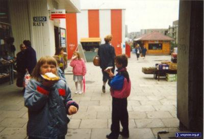 Xero, raty i gofry. Kapitalizm lat '90 w pełnym rozkwicie. A w tle sklep MarcPolu przy Dereniowej jeszcze z wejściem od strony osiedla. Zdjęcie Katarzyny Pietrzak.