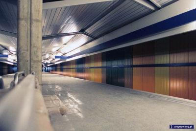 Czekać sobie można, ale najbliższy pociąg ze stacji Imielin pasażerów zabierze dopiero za półtora roku. Na razie udało się przynajmniej wejść. Fot. Werner Huber.