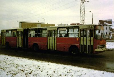 Troszeczkę przechodzony Ikarus linii 495 pędzi ulicą Pileckiego. Fot. Igor Tański, phototrans.eu