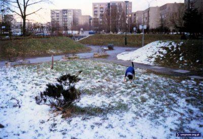 Jest marzec i śnieg już powoli ustępuje. Wkrótce pies też zrzuci wdzianko i obwącha wszystko między Dunikowskiego i Herbsta (Dembowskiego w tle). Fot. Iwona Desperat.