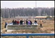 Nieco zdziwieni pasażerowie wychodzący ze stacji Kabaty. Pierwszy weekend z metrem, 9.04.1995. Nad. Paweł Krakowski