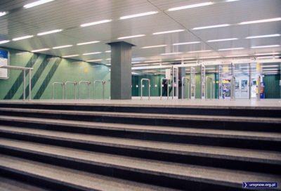 Przy wejściu do stacji Imielin pasażerów witają klasyczne czerwone kasowniki. Bramki będą w przyszłości. Fot. Werner Huber