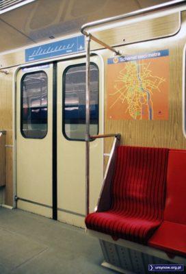 """Mapa """"sieci"""" metra, czyli linii od Kabat do Politechniki. Stacje wypisano nad drzwiami, za co zapłacił Powszechny Bank Kredytowy. Fot. Werner Huber"""