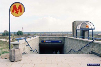 Na dwór czy na pole? Możemy zadowolić i nas i Krakusów. Wychodzimy bowiem z metra na dwór, a lądujemy na polu. Między wejściami do stacji metra Kabaty przebiegnie kiedyś ulica Wąwozowa. Fot. Werner Huber.