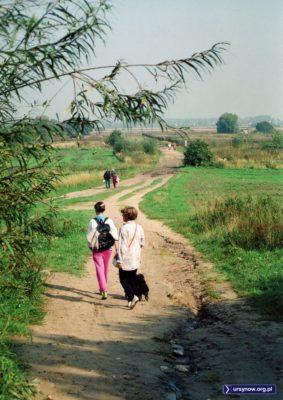 Zejście ze Skarpy na wysokości Płaskowickiej. Po prawej ogrodzone pole eksperymentalne SGGW. Dziś w tym miejscu przebija się przez Skarpę obwodnica. Fot. Andrzej Kubik