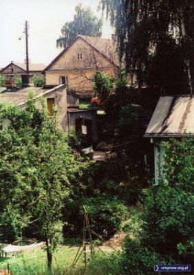 Jakie piękne szczegóły na tym obrazku ze wsi Wolica: stara latarnia, pomarańczowy maluch. Fot. Andrzej Kubik
