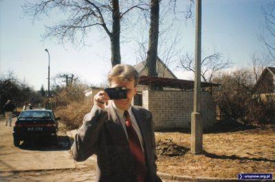 """Drogie dzieci, w dawnych czasach tak właśnie robiono takie zdjęcia. Ten aparat to tak zwana """"Idioten-kamera"""", czyli prosty w obsłudze automatyczny kompakt. Nadesłała Julia Dziubecka, w tle mamy osiedle domków przy SGGW."""