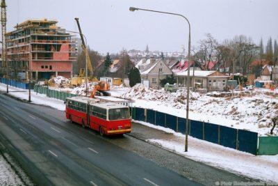 Ursynowskie 195 w drodze do Huty. Ulica Sobieskiego, widok z kładki przed Dolną. Fot. Piotr Nodzykowski, phototrans.eu