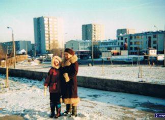 Dziura, owszem. Ale nie w płocie, tylko za płotem. Po lewej stronie zdjęcia mamy róg Lanciego i Belgradzkiej, a za nim ogrodzoną drewnianym parkanem dziurę, która chyba z 15 lat czekała aż wybudują w niej cokolwiek. Powstał blok. Nad. Anna Soboniak.