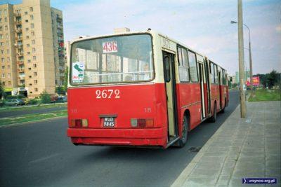 Krwiście czerwone malowanie Ikarusa linii 436 na Belgradzkiej może odwrócić uwagę od ciekawego szczegółu: na bloku po lewej mamy jaskółkę Mody Polskiej, która wówczas miała tam swój salon. Fot. Dariusz Kalinowski.