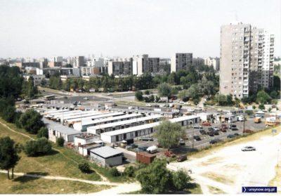 """Widok ogólny targowiska """"Na Skraju"""" u zbiegu Cynamonowej i Gandhi. Fot. Andrzej Kubik."""