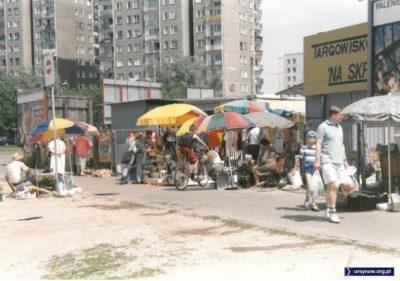 """Handel przed wejściem na bazar """"Na Skraju"""" od strony ulicy Gandhi. Fot. Andrzej Kubik."""