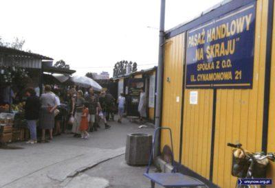 Sądząc po ruchu na bazarze Na Skraju, mamy chyba sobotę handlową. Zresztą... Każda sobota była handlowa. Fot. Andrzej Kubik.