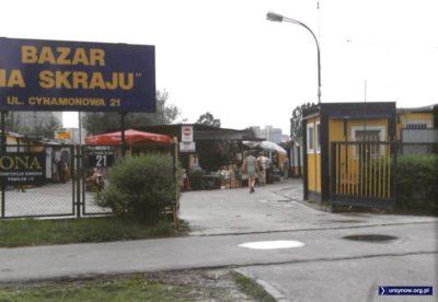 """Wejście na targowisko """"Na Skraju"""" od strony Cynamonowej. Fot. Andrzej Kubik."""