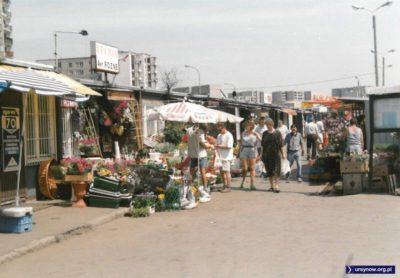 """Nazwa """"Kramix"""" idealnie opisuje rzeczywistość lat dziewięćdziesiątych. Targowisko Na Skraju. Fot. Andrzej Kubik."""