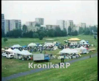 Piknik przedwyborczy w 1997 roku. W przeciwieństwie do dzisiejszych imprez monopartyjnych, wówczas wszystkie partie wystawiały się wspólnie pod Kopą Cwila. Takie małe targowisko polityczne. Kadr z Polskiej Kroniki Filmowej, źródło: kronikarp.pl