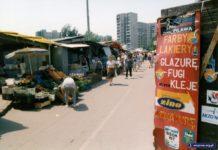Sklep z farbami, naprzeciwko alejka warzywna. Targowisko Na Skraju. Fot. Andrzej Kubik
