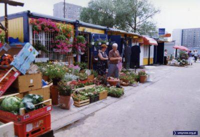 Mogę się mylić, ale kwiaciarnia w tej budce przetrwa chyba likwidację bazaru i będzie tu działać jeszcze długie lata? Fot. Andrzej Kubik