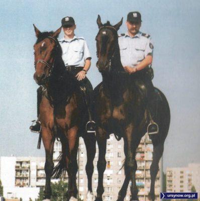 Policyjny patrol na szczycie Kopy Cwila i policyjny ułan z policyjnym wąsem. Zdjęcie z folderu Gminy Ursynów wydanego przez Biuro Obsługi Komercyjnej AIX.