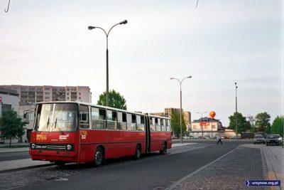 Autobus 185 w malowaniu z epoki na pętli Natolin Północny. Zdjęcie: Dariusz Kalinowski