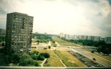 Widok z balkonu przy Polaka 7 na skrzyżowanie Płaskowickiej i Alei KEN. Jest sierpień, rondo wybudują dopiero w listopadzie. Fot. Maciej Pyka.