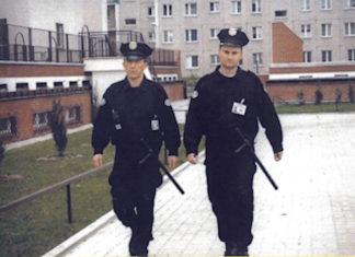 Patrol agencji Alamein podczas sesji zdjęciowej na podwórku bloku przy Zaorskiego. Fragment reklamy agencji ochrony.