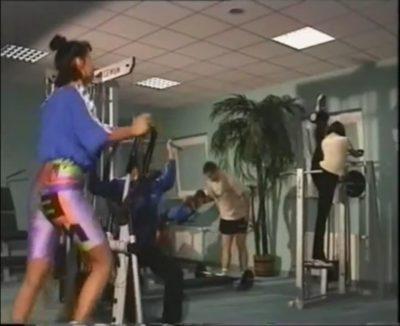 """W ramach promowania uroków życia na Ursynowie gminna kamera zagląda na siłownię """"Amazonka"""" na KEN obok kościoła Wniebowstąpienia. Moda to jedno, ale lewa noga po prawej osiąga faktycznie wysoki poziom."""