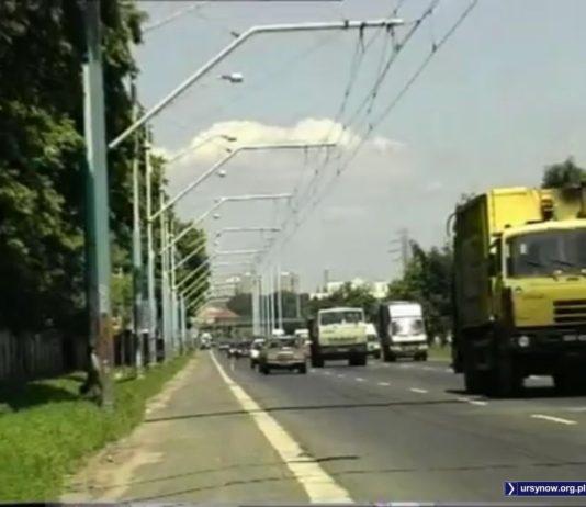 Ostatni trolejbus już dawno zjechał do zajezdni, ale na filmie promocyjnym Gminy Ursynów trakcja na Puławskiej jeszcze wisi i czeka na lepsze czasy. One jednak już nie nadejdą.